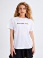 Quzu Nakış İşlemeli Sloganlı Tişört Beyaz